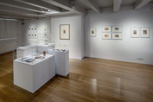 Foto's van J.H. Insinger en objecten uit het RMO, Kleine Zaal, foto: Eddo Hartmann