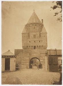 Kleine Houtpoort, Haarlem met Eduard I. Asser (2) en Adolphe Mouilleron (1), 1855 (Noord-Hollands Archief)
