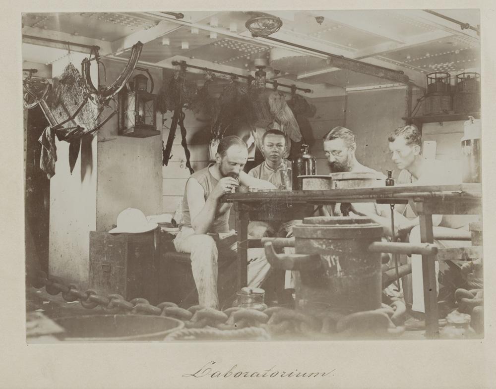 Wetenschappelijke staf van de Siboga-expeditie o.l.v. Prof. Max Weber (met bril en baard), 16 september 1899 (Bijzondere Collecties UvA)